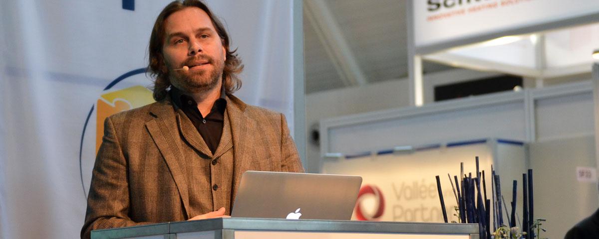 Mathias-Thomas-hält-einen-Vortrag-beim-Cyberforum.