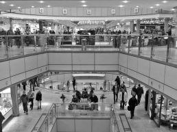 Ein belebtes Einkaufszentrum