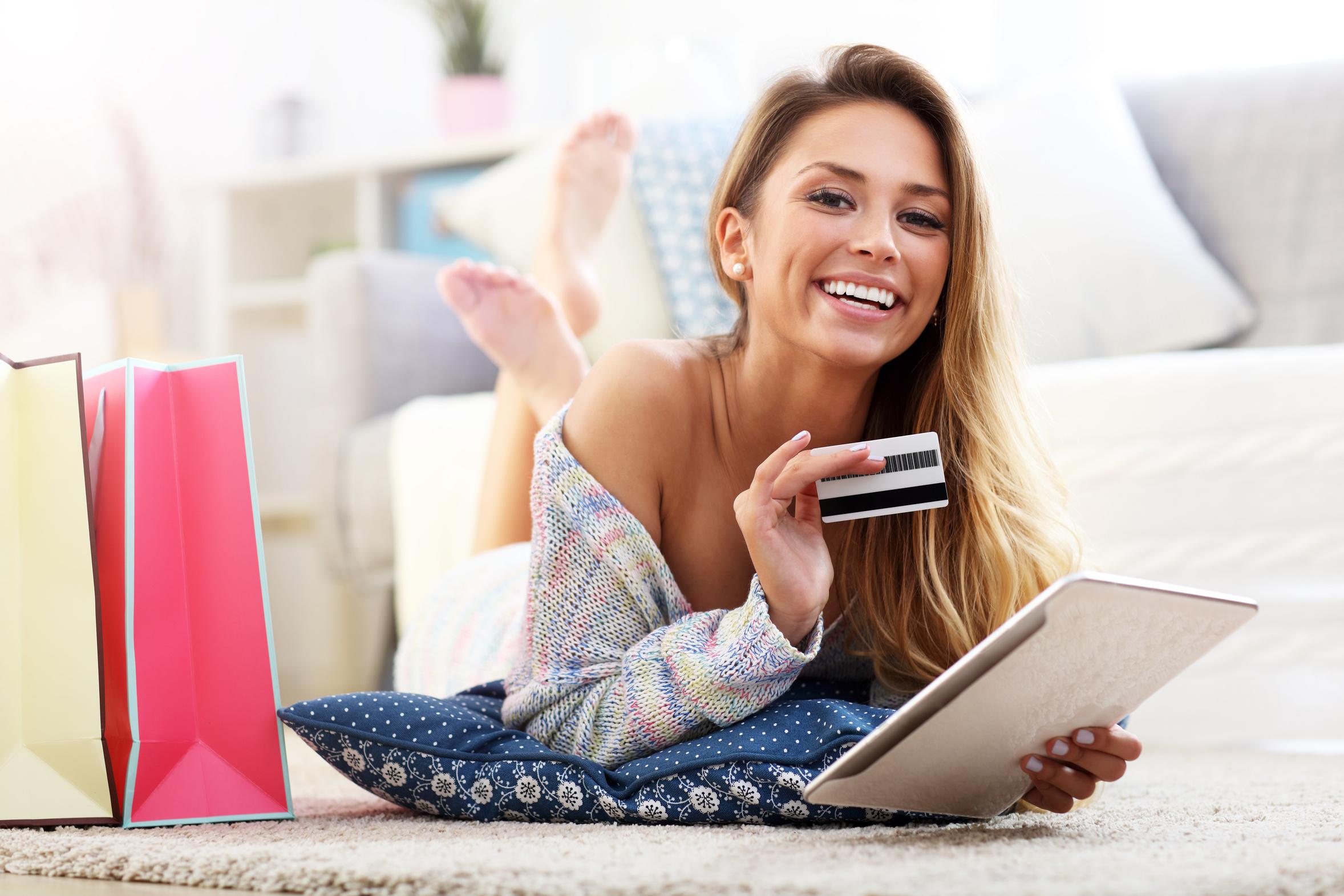 frau mit kreditkarte kauft online ein, mehr umsatz mit gaxsys